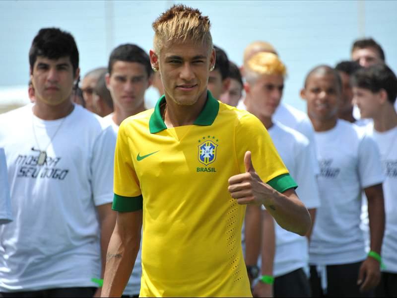 8a440550ad Neymar apresenta novo uniforme da seleção brasileira. O modelo remete ao  uniforme utilizado durante a Copa do Mundo de 1990