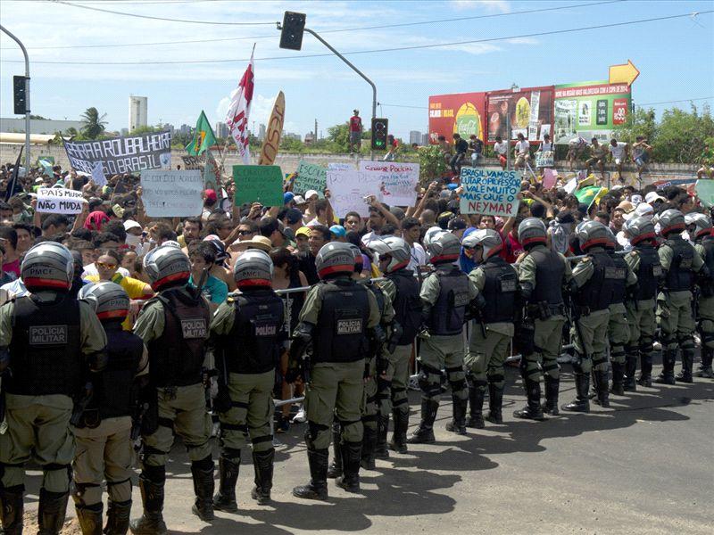 Jornalistas se ferem em protesto contra a Copa em Porto Alegre