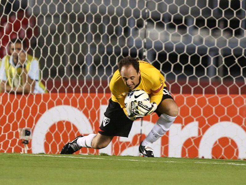 Rogério Ceni treina normalmente e pode enfrentar o Flamengo